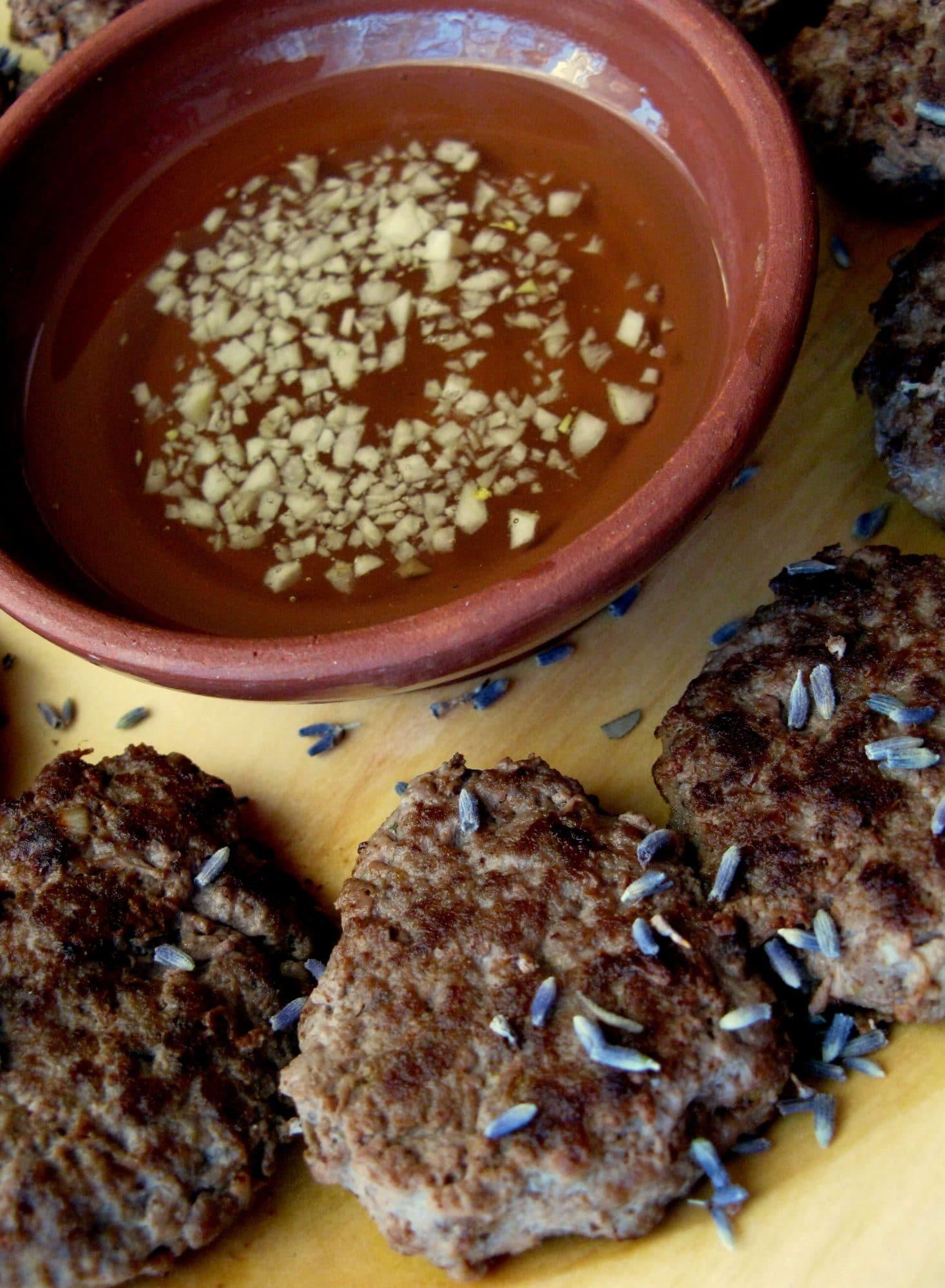 Ahrash – Galettes de viande épicées avec sauce