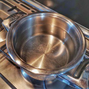 Portez à ébullition une casserole d'eau salée.
