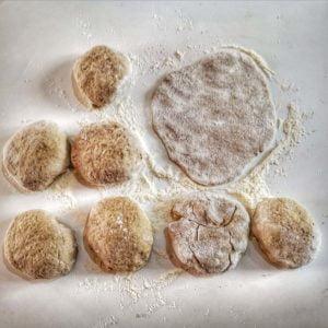 Faites de petites boules de pâtes puis aplatissez les.
