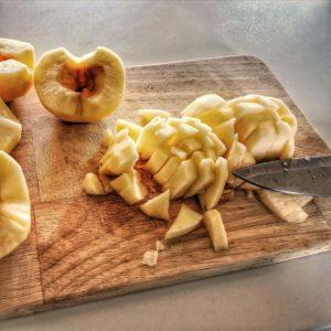 Découpez les pommes en petits dés