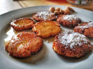 Disposez sur votre plat en nappant au choix de sucre glace ou de miel. Servez vos fritures aux amandes légèrement tièdes