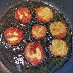 Faites frire rapidement dans l'huile jusqu'à coloration. Égouttez bien entre deux feuilles de papier absorbant.