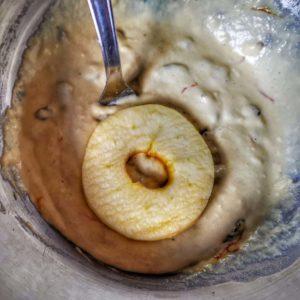Plongez vos tranches de pommes dans la pâte
