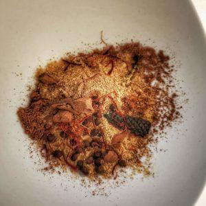 Broyez vos épices au mortier et intégrez à la préparation.